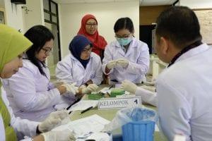 Praktikum di laboratorium parasitologi pada saat kursus biologi molekuler dan imunologi 2019