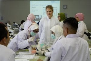 Anna Nimmesgern (Institute of Medical Microbiology and Hygiene (IMMH) melihat peserta praktikum